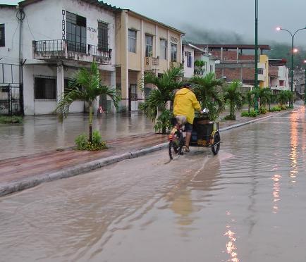 Fuerte lluvia inunda varias calles de Portoviejo