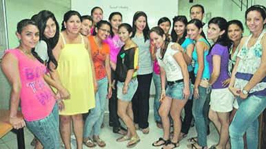 Jóvenes asisten a cursos vacacionales de inglés