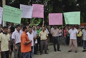 Marchan para solicitar la construcción de vía rural