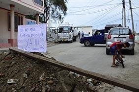 Moradores cierran calle por los olores desagradables
