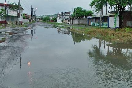Lluvia provoca la caída de una pared y crea temor en los moradores