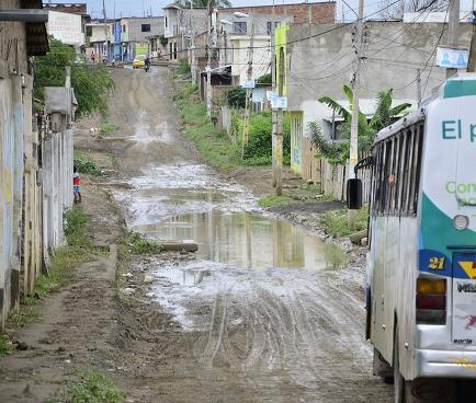 Lluvias causan deslizamientos de tierra en Manta
