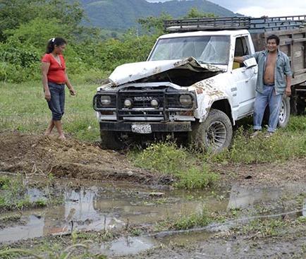 Camioneta se vuelca y deja pérdidas