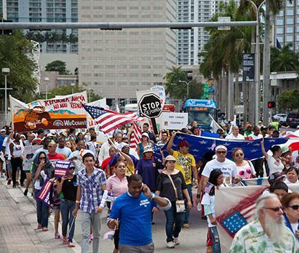 Ecuatorianos también marchan
