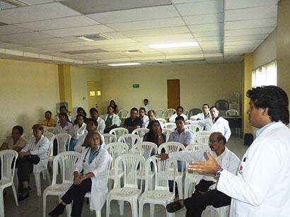 Médicos de hospital reciben charlas docentes para mejorar el servicio