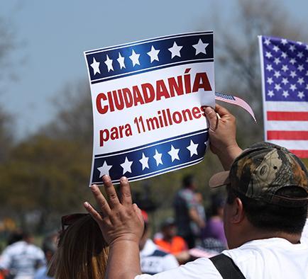 Migrantes marcharon por la reforma