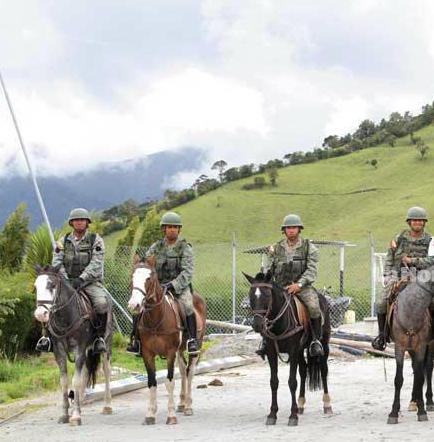 Militares usan caballos para los patrullajes