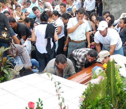 Joven asesinada en Quito fue despedida con dolor