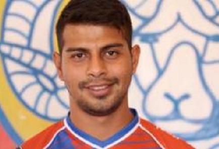 Futbolista es despedido por apoyar al rival en Twitter