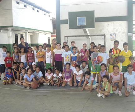 18 equipos participan en básquet