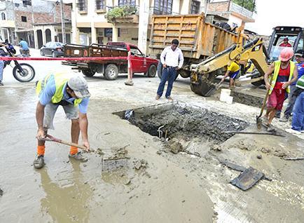 Rompen hormigón en calle Cristo Rey por una rotura de agua potable
