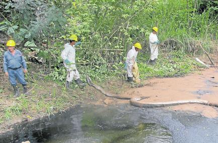 Agua con petróleo volvió a afectar a río en Esmeraldas