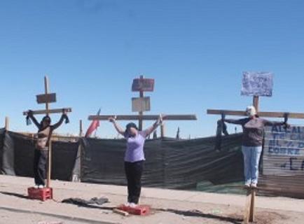 Pobladores se crucifican en ciudad chilena en demanda de una vivienda