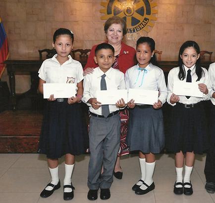 Club Rotario da becas a estudiantes