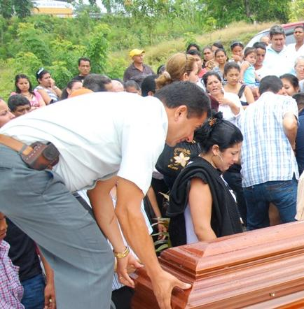 Sepultan a mujer asesinada en Quito