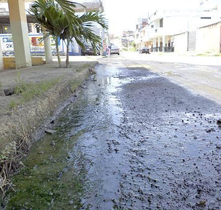Calle se deteriora por derrame de agua
