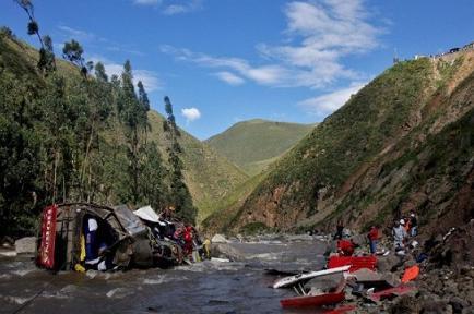 Accidente de bus deja al menos 33 muertos en Perú