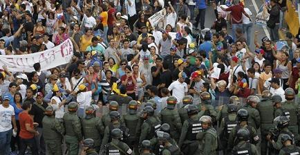 Maduro y Capriles se acusan de muertes en las protestas en medio de tensión