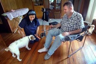 Perro salva vida de su dueño al cortarle un dedo