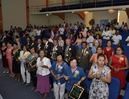 La UNESUM rindió homenaje a 50 maestros
