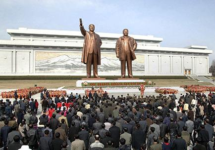 Norcoreanos celebran natalicio de Kim II-Sung