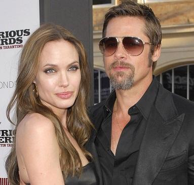 Angelina Jolie llevaba curioso obsequio a Brad Pitt