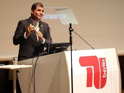 Canciller alemana recibe a Correa con honores militares