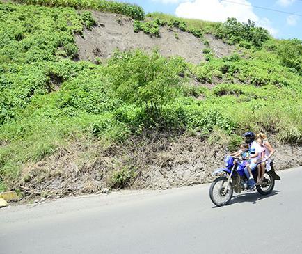 Deslizamiento de tierra ocupa parte de la vía