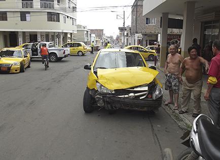 Dos taxis de la misma cooperativa se chocan