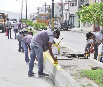 Jóvenes pintan parterre De la calle 15 de abril