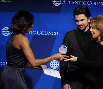 Juanes recibe un premio por su labor social