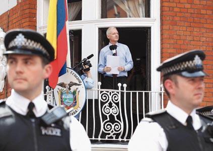 Assange no dejará la embajada de Ecuador porque tiene temor a que lo envíen a EEUU