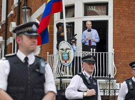 Julian Assange cumple mañana un año bajo el refugio de Ecuador
