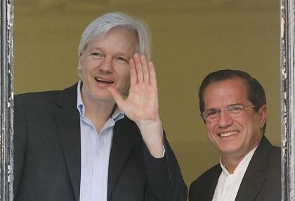 Patiño confía en conseguir un salvoconducto para Assange