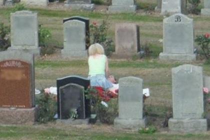 Jóvenes fueron sorprendidos teniendo sexo en un cementerio en Estados Unidos