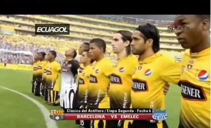 Barcelona y Emelec se ponen de rodillas para rendir homenaje a 'Chucho'
