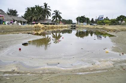 Derrame de aguas negras afecta el turismo y comercio de Tarqui