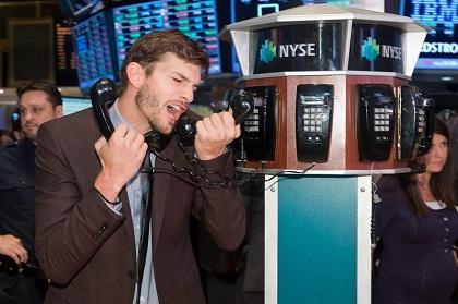 Ashton Kutcher revoluciona la bolsa de Nueva York para promocionar 'Jobs'