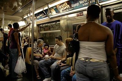 Un tiburón aparece en un vagón del metro de Nueva York