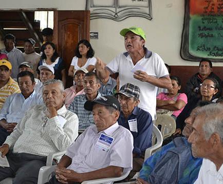 Agricultores piden cambios y ayuda a funcionarios