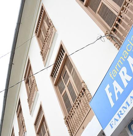 Arreglan la fachada  del edificio Barcia