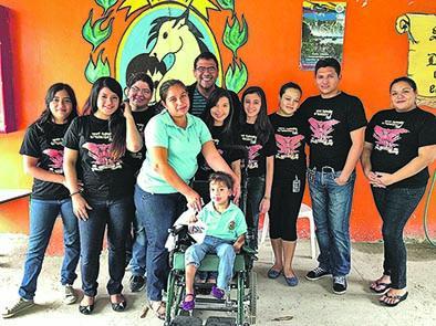 Club de fans de Julian's regala silla de ruedas