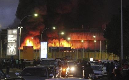 Un enorme incendio deja al aeropuerto de Kenia sin vuelos internacionales