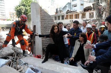 Rescatistas buscan supervivientes tras explosión en edificio argentino