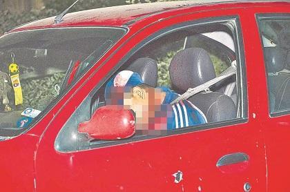 Matan a un hombre de siete balazos dentro de un auto