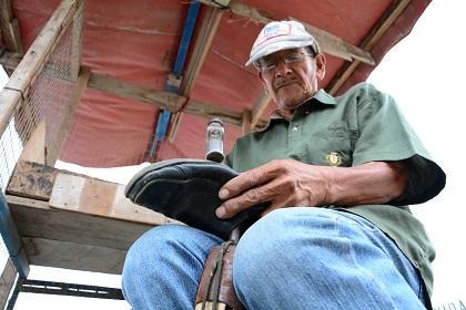 Los zapateros tienen poco trabajo en los barrios de Manta