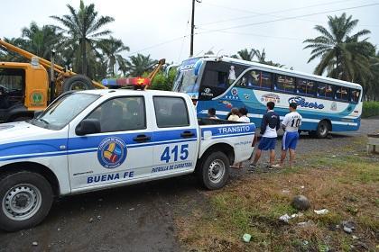 Buses chocan en la vía Quevedo