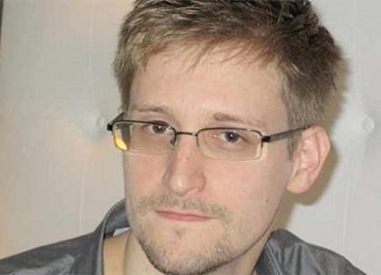 Padre de Snowden recibe visa para viajar a Rusia a ver a su hijo