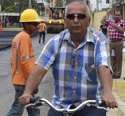 El edil que recorre en bicicleta la obra pública