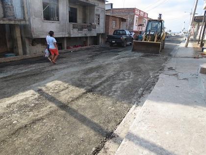 Realizan trabajos de bacheo en calles de Jaramijó